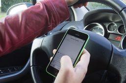 Il manipule son smartphone au volant: permis retiré