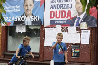 Le président sortant et son opposant au coude à coude en Pologne