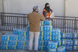Les Texans, transis de froid, font la queue pour de l'eau potable