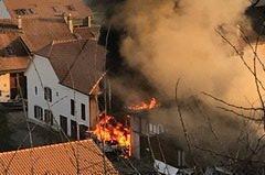 Un chantier naval en flammes à Praz