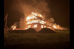 Une ferme inhabitée détruite par le feu à Heitenried