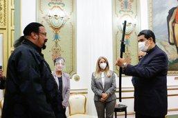 L'acteur américain Steven Seagal remet un sabre à Nicolás Maduro