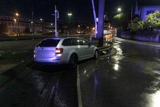 Une automobiliste percute le poteau d'un passage à niveau
