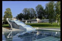 Une piscine moderne et urbaine