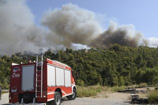 Incendies: l'UE envoie trois Canadair en Turquie, canicule en Grèce