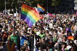 """Zurich Pride: 20'000 personnes pour le """"mariage pour tous"""""""