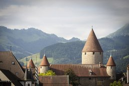 Cinq hommes à l'assaut du château de Bulle