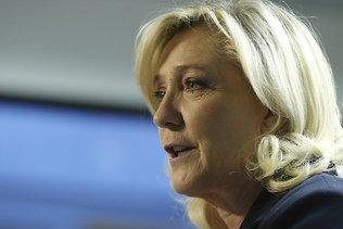 En Hongrie, Marine Le Pen soutient Viktor Orban et critique l'UE